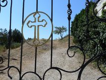 Krzyż w okręgu przy bramami Obrazy Royalty Free
