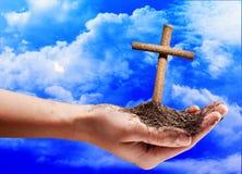 Krzyż w ręce na niebieskim niebie Zdjęcie Royalty Free