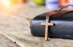 Krzyż z biblią Obrazy Royalty Free