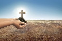 Krzyż z ziemią w istot ludzkich rękach na ziemi Zdjęcia Royalty Free