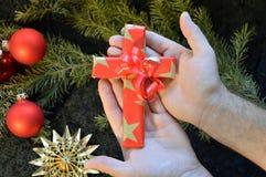 Krzyż zawijający w papierze jako teraźniejszość dla bożych narodzeń obraz royalty free