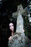 Krzyża i vimpire dziewczyna Fotografia Stock