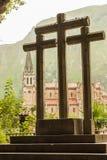 Krzyże w świętej jamie i po drugie, bazylika w Covadonga obrazy royalty free