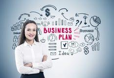 Krzyżować ręki kobiety i plan biznesowy szarość Obraz Stock