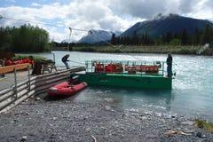 Krzyżować rosyjską rzekę w Alaska Zdjęcia Stock