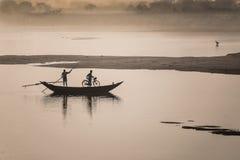 Krzyżować rzekę w letnim dniu Zdjęcie Royalty Free