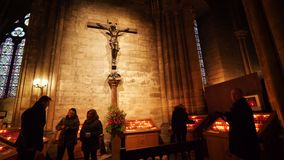 Krzyżowanie Jezus z ludźmi zbliża świeczki wśrodku notre-dame de paris zbiory