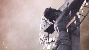 Krzyżowanie krzyż z jezus chrystus statuą nad burzowymi chmurami i Śnieżnym spada czasu upływem zbiory