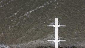 Krzyżujący drewniany biały molo na powierzchni linii brzegowej rzeka zdjęcie stock