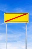 Krzyżujący drogowy podpisuje niebieskie niebo Zdjęcia Royalty Free
