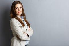 Krzyżujący ręka portret uśmiechnięta biznesowa kobieta obraz stock