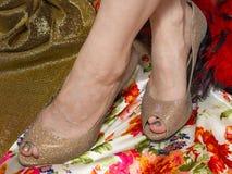 Krzyżujący złociści lśnienie buty i Zdjęcia Stock