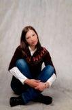 krzyżuję ciemnej dziewczyny z włosami ręk nóg target3432_1_ zdjęcia royalty free