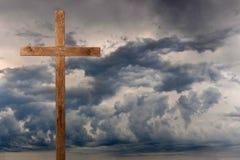 Krzyżuje Ciemne chmury obraz royalty free