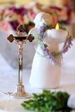 Krzyżuje dawać błogosławieństwu przed ślubną ceremonią Fotografia Royalty Free