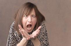 Krzyżuje przyglądającej się kobiety pozwala out jej pent up złość zdjęcie royalty free