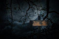 Krzyżuje starego ogrodzenie, nieżywego drzewa, księżyc i chmurnego nieba, Straszny bac Zdjęcie Royalty Free