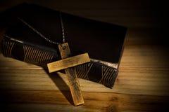 Krzyż, biblia, drewniana fotografia stock