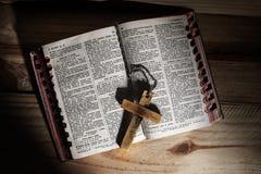 Krzyż, biblia, drewniana zdjęcie stock