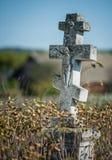 Krzyże na starym zaniechanym cmentarzu Obrazy Royalty Free