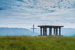 Krzyż i góry zdjęcie stock