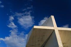 Krzyż na niebieskim niebie Obrazy Royalty Free