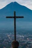 Krzyżuje Antigua Gwatemala kontrowania Agua wulkan Fotografia Stock