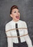 Krzycząca biznesowa kobieta wiążąca z arkaną Zdjęcie Royalty Free