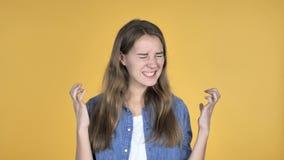 Krzycząca Gniewna Ładna kobieta Odizolowywająca na Żółtym tle zbiory