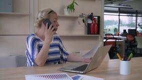 Krzycząca kobieta rozczarowywał i spęczenie o pracie jej partner zdjęcie wideo