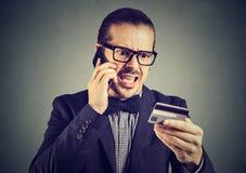 Krzyczący mężczyzna rozwiązuje problemy z kredytową kartą obrazy stock