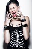 Krzycząca dziewczyna z ogoloną głową i błękitnym włosy w sztuka gothic stylu z gothic akcesoriami Obraz Royalty Free