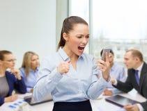 Krzyczący bizneswoman z smartphone Obrazy Royalty Free