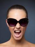 krzyczący dziewczyna okulary przeciwsłoneczne Zdjęcie Stock