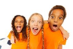 Krzyczący szczęśliwi piłki nożnej drużyny dzieciaki Obraz Royalty Free