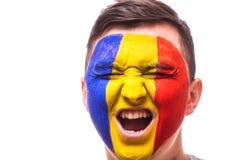 Krzyczy w gemowych emocjach Rumuński fan piłki nożnej w gemowym zachęcaniu Rumunia drużyna narodowa. Obrazy Stock
