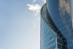 Krzywy nowożytny szklany budynek Obrazy Stock
