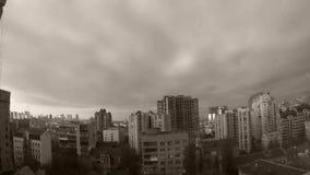 Krzywy przeglądają na Białych Bufiastych chmurach Na niebie nad miasto zdjęcie wideo