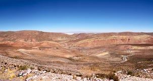 Krzywy ruta 52 od Purmamarca Salinas Grandes zdjęcia stock