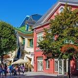 Krzywyen Domek (det krokiga lilla huset) Royaltyfri Fotografi