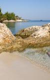 Ksamil in linea costiera dell'Albania con la spiaggia ed il mare ionico fotografia stock libera da diritti