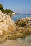 Ksamil in linea costiera dell'Albania con la spiaggia ed il mare ionico immagini stock libere da diritti