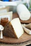 Käse auf hölzernem Brett Stockbild
