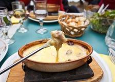 Käse-Fondue auf einer Gabel Stockfotografie