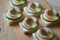 Käse, Gurke und Garnele des Canape mit Sahne Stockfotos