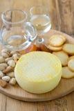 Käse mit Plätzchen, Nüssen und Wein Stockbild