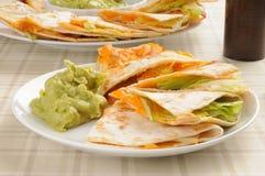 Käse quesadilla mit Guacamolen Lizenzfreie Stockfotos