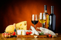 Käse, Würste und Wein Lizenzfreies Stockfoto