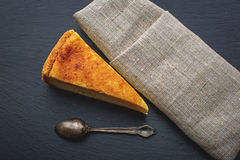Käsekuchen mit Brombeeren Stockfoto