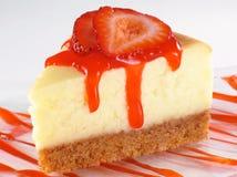 Käsekuchen-und Erdbeere-Soße Stockfoto